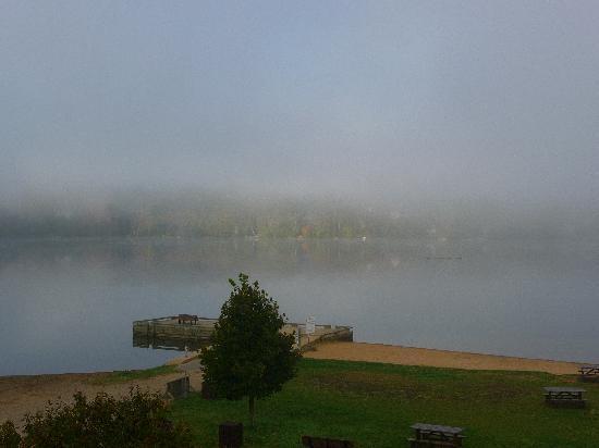 Auberge La Porte Rouge: Vue du lac Mercier au petit matin brumeux depuis la chambre