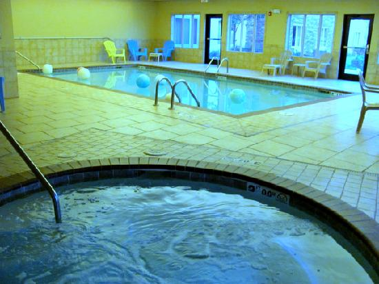 Simmons Suites: whirlpool in pool area