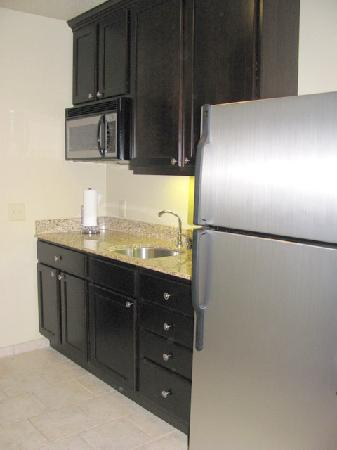 Simmons Suites: kitchenette with granite counter