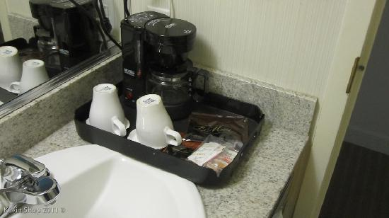 Quality Hotel Airport South: Coffee maker in my room