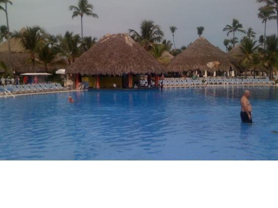Grand Bahia Principe Punta Cana: Pool and swim up bar by beach