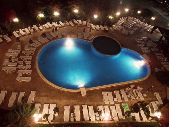 Lilia Hotel: swimming-pool by night