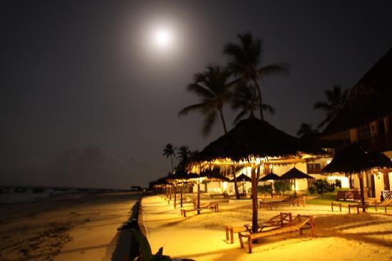 DoubleTree by Hilton Resort Zanzibar - Nungwi: LA PLAYA DE NOCHE