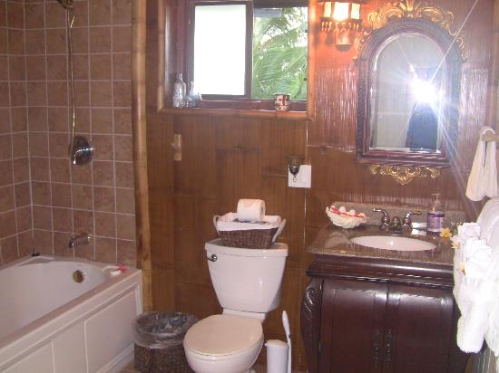 The Guest Houses at Malanai in Hana: bathroom