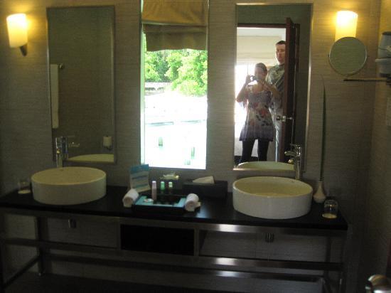Kuramathi Island Resort: Modern bathroom