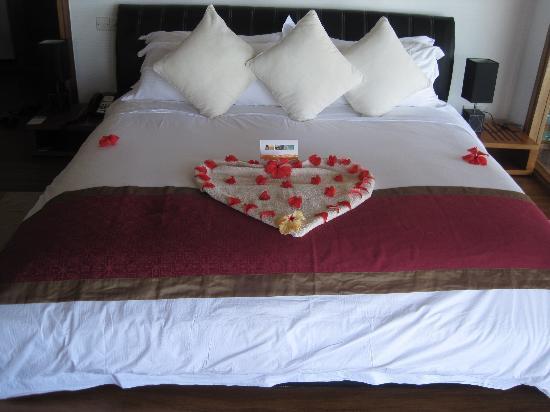 Kuramathi Island Resort: Lovely comfortable big bed