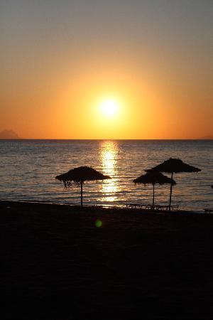 Atlantis Beach Villa: Nyydelig soloppgang,....må bare oppleves