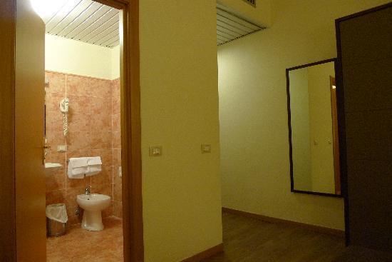 เดลเล นาซิโอนิ โฮเต็ล: clean bathroom with bathub
