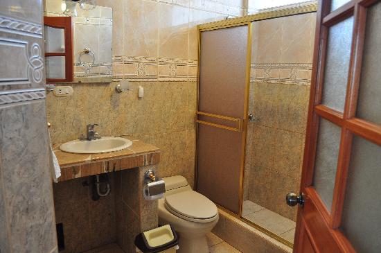 Pirwa Hostel Nasca: baño