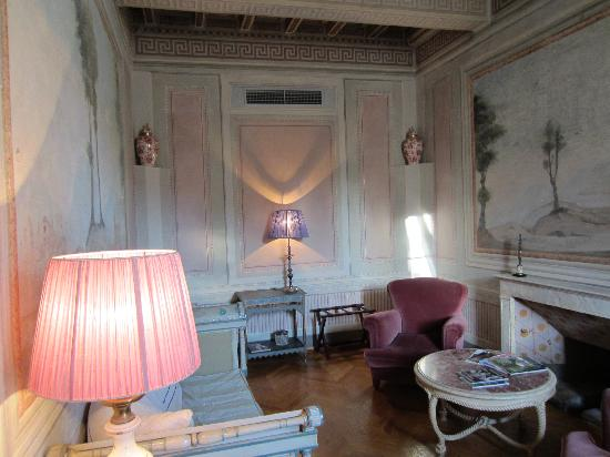 Palazzo Rocchi: Parlour room in the suite.