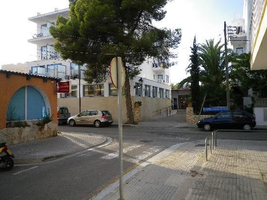 Elegance Vista Blava: Brothal/club to the left, hotel straight ahead