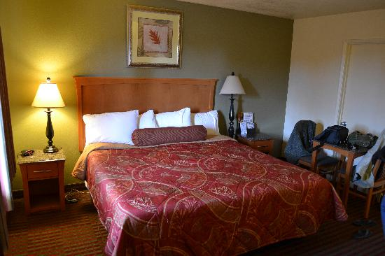 Beachwalker Inn & Suites: Great Bed