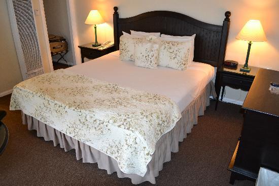 Coast Village Inn: The bed