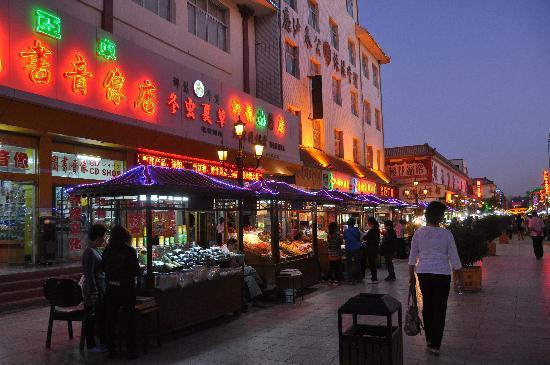 Dunhuang East Thousand-Buddha Caves : Dunhuang Nachtmarkt