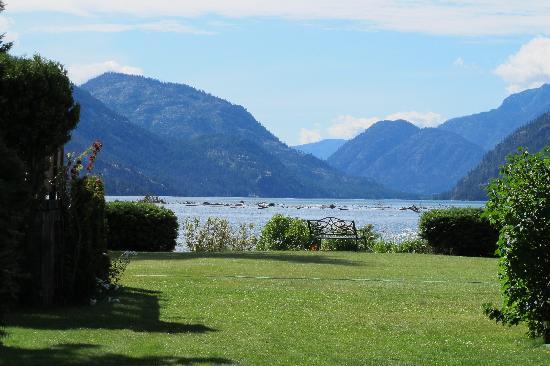 Silver Bay Inn & Resort: The lawn