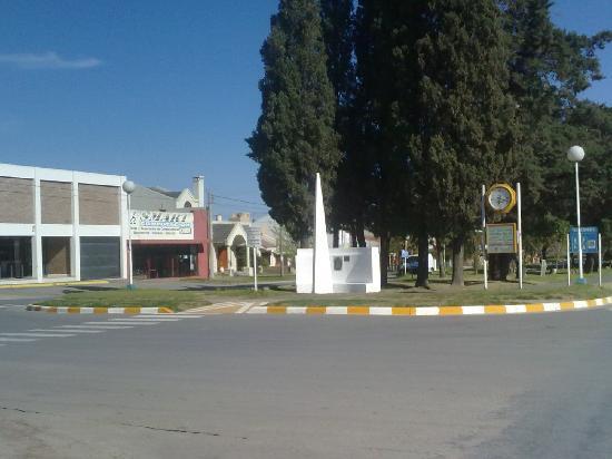 Crespo, Argentinien: Plaza con un mini obelisco
