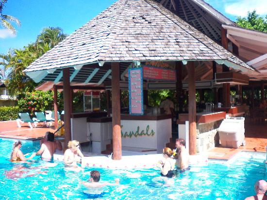 Sandals Halcyon Beach Resort: Another pool and bar (pretty crowded)