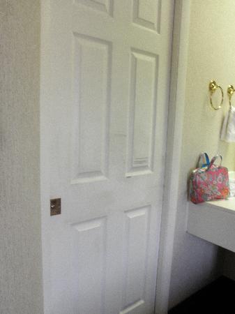 Sleep Inn St. Augustine: Broken door.