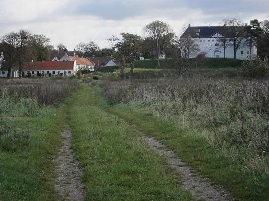 Dragsholm Castle: view from the lane to the beach