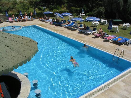 Happy Apart Hotel: havuz kenarı