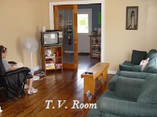 Cabot Trail Hostel: relax in the T.V. room