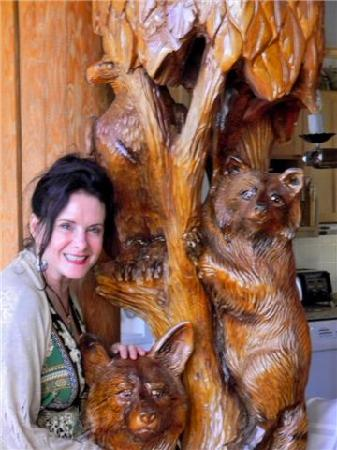 Nu-Salya Bed and Breakfast Chalet: Nu-Salya art carvings- LOVE the forest animals