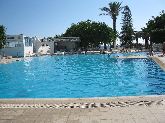 Les Pyramides : La piscine avec la mer derrière