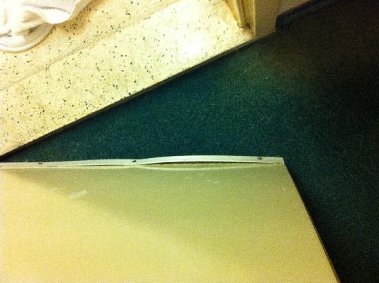 سينجل هوتل: stains and mold