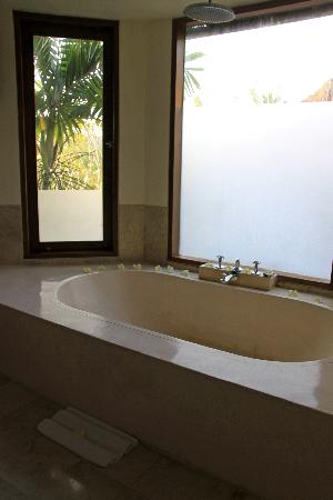 Gayatri Villa: Pratiwi upstairs bath