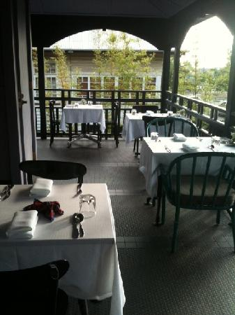 Spicers Balfour Hotel: Part of the verandah set for breakfast