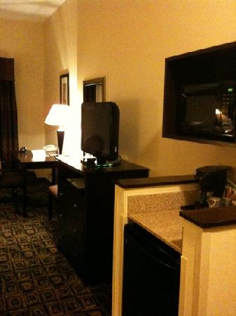 Holiday Inn Express Hotel & Suites Zanesville North : TV, coffee maker, fridge, and desk