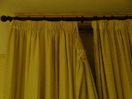 Ullet Suites: Broken curtain