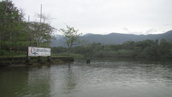 Itamambuca Eco Resort: travessia do resort para a praia é feita por uma pequena balsa