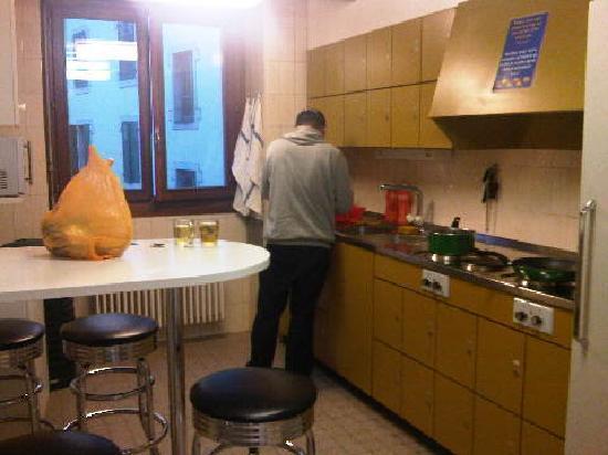 City Hostel Geneva : the kitchen