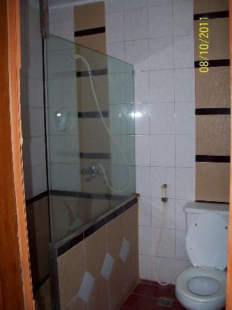 โรงแรมสุกาจาดิ: The Bathroom