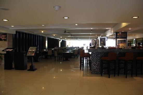 Aston Kuta Hotel & Residence: The restaurant at the lobby