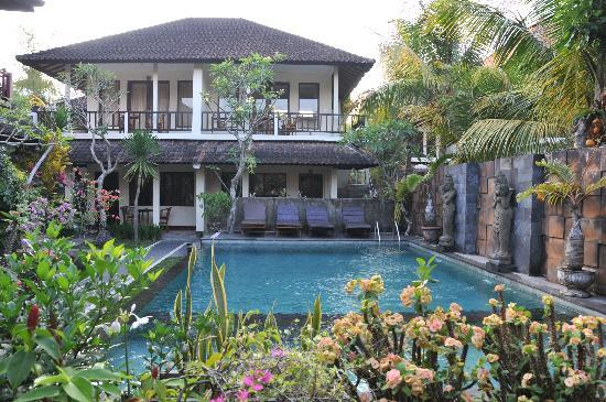 Merthayasa Bungalows: Relaxing swimming pool.