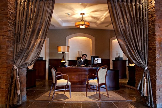 Остров Фота, Ирландия: A warm welcome awaits you at the Fota Island Hotel & Spa reception area