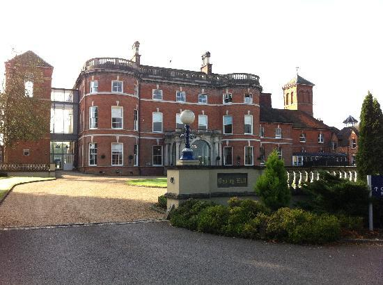 Oakley Hall Hotel: Front of hotel