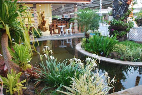 Jintana Resort Hotel: Garden