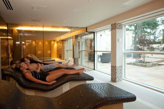 Wrea Green, UK: Relax in the Tepidarium on a heated bed, looking out in to the Zen Garden