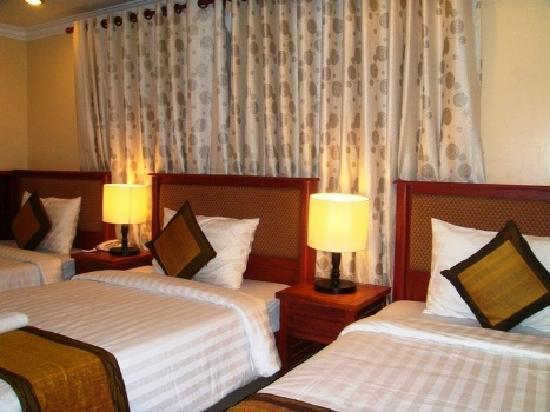 Skyway Hotel: Triple Bed