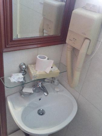 Mookai Hotel: Bathroom sink.