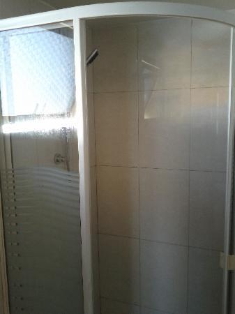 Mookai Hotel: Shower area.