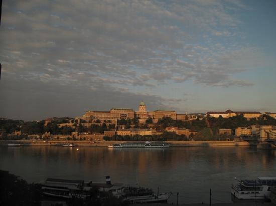 Sofitel Budapest Chain Bridge: Early morning
