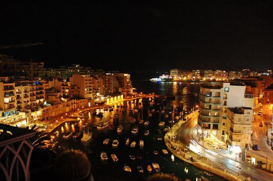Hotel Juliani: Spinola Bay from roof terrace - night