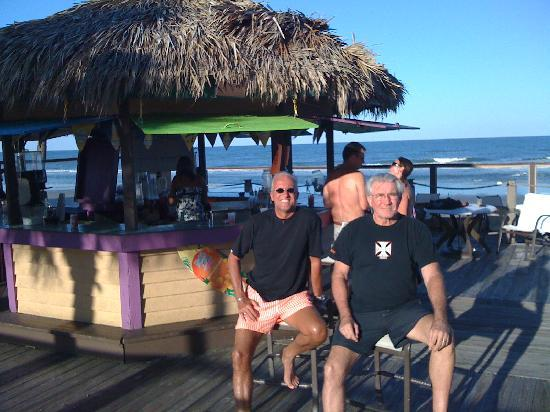 La Playa Resorts & Suites: The Tiki bar is open and fun