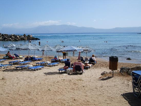 Aphrodite Beach Hotel: spiaggia e ombrelloni