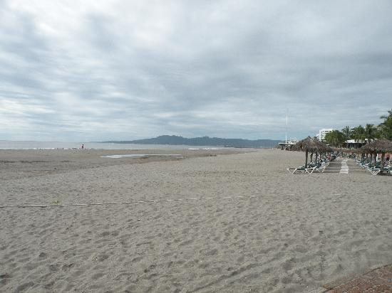 Grand Luxxe Nuevo Vallarta: Beach in front of adult only pool