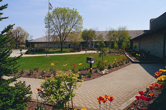 Deer Creek Lodge and Conference Center: Flower walkway